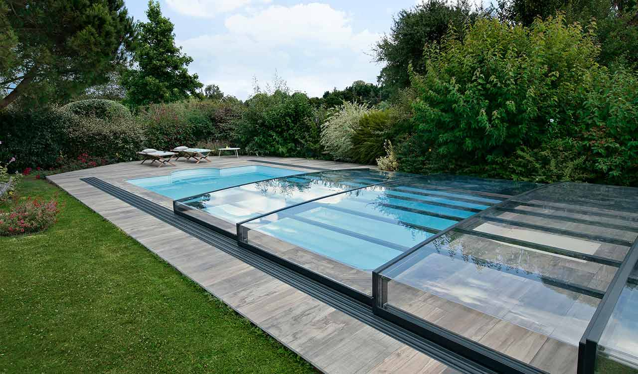 L'abri de piscine semi-plat